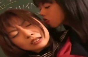 痴女のレズ女教師に教室で耳を舐められて感じまくる女子高生!
